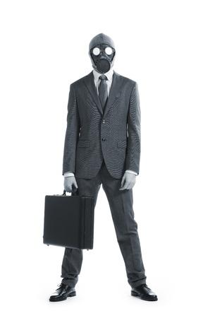 mascara gas: retrato de hombre de negocios en una máscara de gas con la maleta Foto de archivo