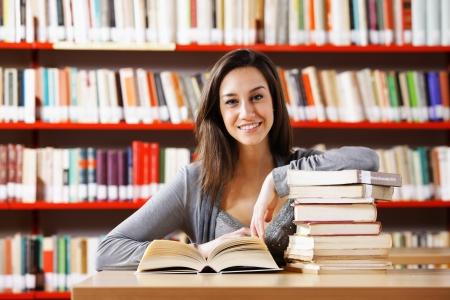 biblioteca: Retrato de una joven estudiante que estudia en la biblioteca
