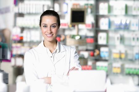 farmacia: retrato de joven trabajador de la salud y la farmacia de fondo
