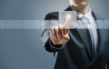 �cran tactile: Homme d'affaires en appuyant sur le type de support virtuel de boutons