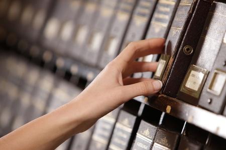 cajones: Buscando en los archivos. Manos Estudiante busca de un gabinete de llenado.