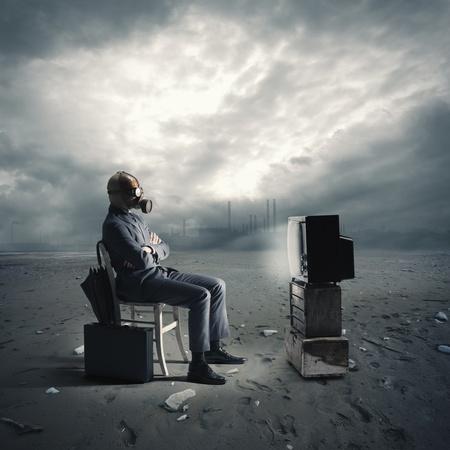 empresario con máscara de gas mirando la televisión