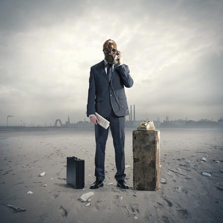 mascara de gas: empresario con máscara de gas en el teléfono Foto de archivo