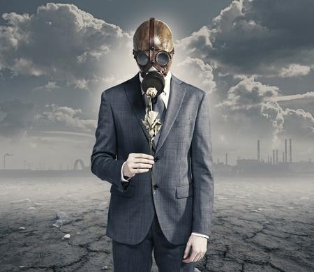 gas mask: hombre de negocios con rosa secos: el medio ambiente contaminado concepto Foto de archivo
