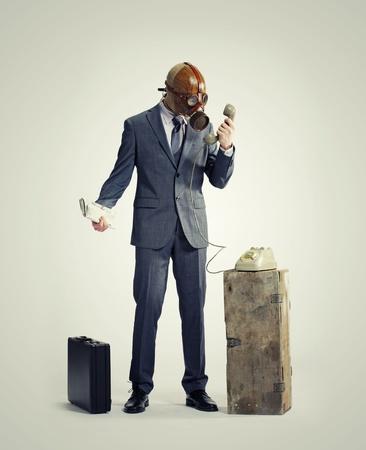 gasmask: uomo d'affari con maschera antigas al telefono Archivio Fotografico