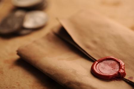 oude munten: lakzegel op een grunge papier, oude munten op de achtergrond Stockfoto