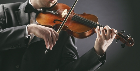 violist: de violist: Musicus viool te spelen op donkere achtergrond