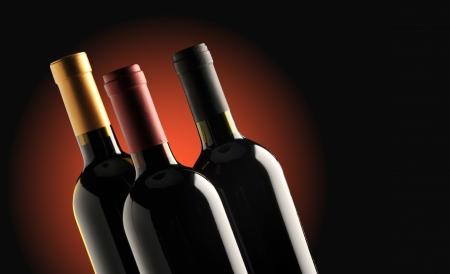 white wine bottle: botellas de vino tinto y blanco sobre fondo negro, copia espacio Foto de archivo