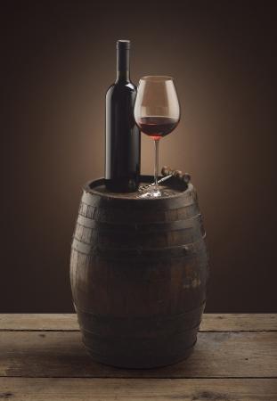 Bouteille de vin rouge et un verre de vin sur le baril en bois Banque d'images - 13704319