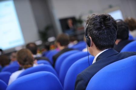 translate: Grupo de hombres de negocios que asisten a la conferencia de prensa o presentaci�n. Foto de archivo