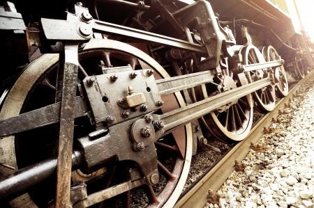maquina de vapor: Llantas viejas locomotoras de cerca.