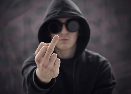 foda: chico joven que muestra el dedo medio