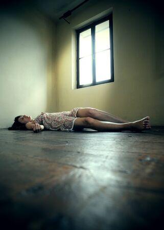 Tote Frau liegt auf dem Holzboden. Leerer Raum Standard-Bild - 14190682