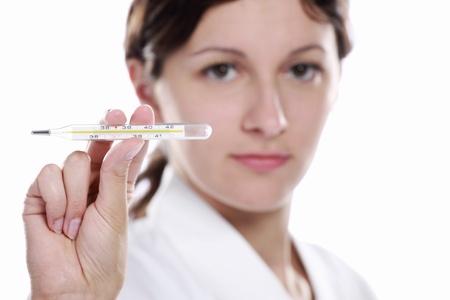 termometro: M�dico o la enfermera con el term�metro sobre fondo blanco.