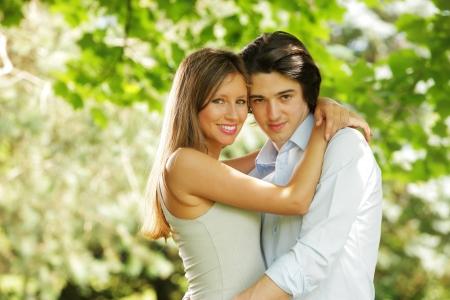 romantico: retrato de una pareja de j�venes enamorados en el parque