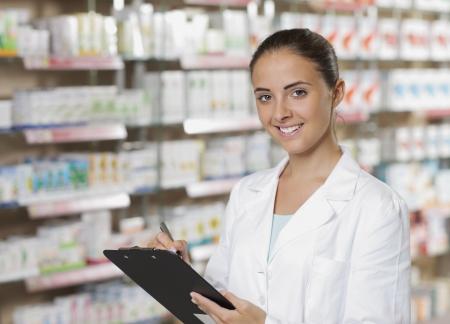farmacia: Retrato del medio ambiente de un personal m�dico, o farmac�utico en la farmacia