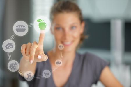 alimentos saludables: Dieta concepto. Touch pantalla comida y bebida Foto de archivo