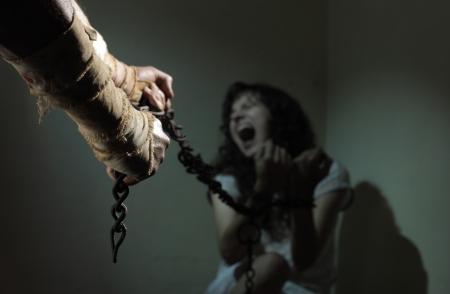 gefangener: Chained Sklavin, Gefangener eines bösen Mannes Lizenzfreie Bilder