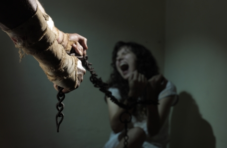 violencia intrafamiliar: Esclava encadenada, prisionero de un hombre malvado Foto de archivo