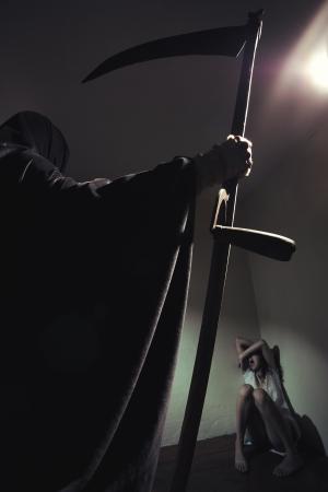 scythe: Grim reaper amenaza a una joven asustada Foto de archivo