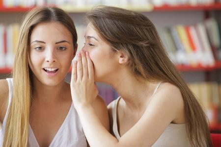 adolescentes chicas: Joven estudiante le dice a la novia una buena noticia Foto de archivo