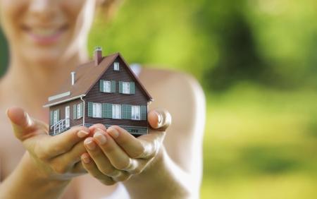 주택을 제공하는 아름 다운 젊은 여자 스톡 콘텐츠