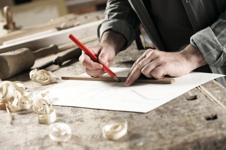 menuisier: Vue de plan rapproch� d'un charpentier en utilisant un crayon rouge pour dessiner une ligne sur un plan Banque d'images