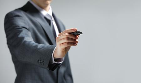 hombre escribiendo: Empresario dibujo a mano en una pizarra, espacio de la copia Foto de archivo