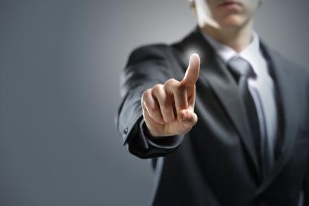 �cran tactile: Homme d'affaires appuyant sur l'�cran tactile, copie, espace, Banque d'images