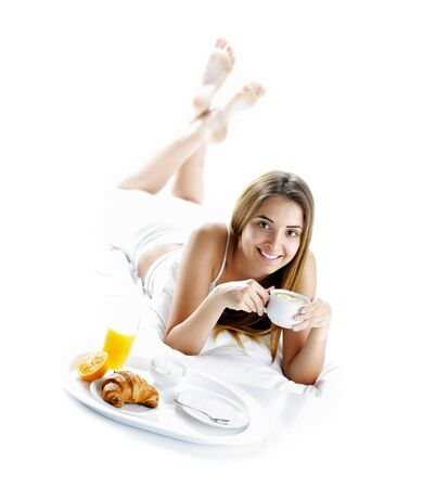 Junge schöne Frau mit Frühstück im Bett.