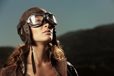 piloto: Retrato de mujer joven piloto de avi�n
