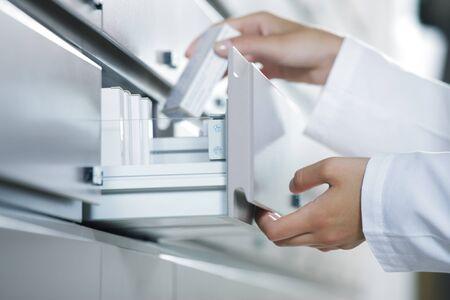 farmacia: Cierre de vista farmac�utico de tomar el medicamento de caj�n Foto de archivo