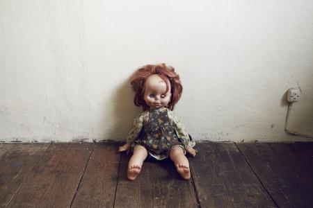 juguetes antiguos: Creepy Doll Vintage en suelo de madera Foto de archivo