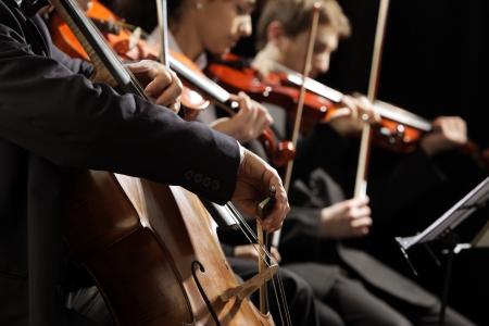 Concert symphonique, un homme jouant du violoncelle, de la main près