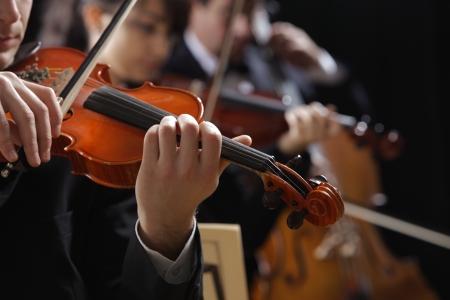 orquesta: Sinf�nica de la m�sica, violinista en el concierto, la mano de cerca Foto de archivo