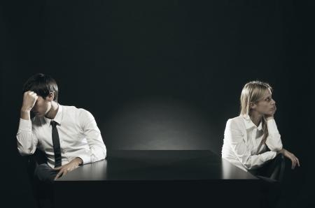 Una pareja infeliz o aburrido sentado aparte