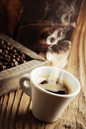grano de cafe: Fumar café caliente con los granos de café Foto de archivo