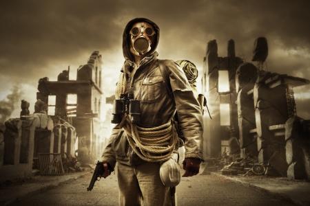Poster survivant apocalyptique dans un masque à gaz, détruit la ville en arrière-plan
