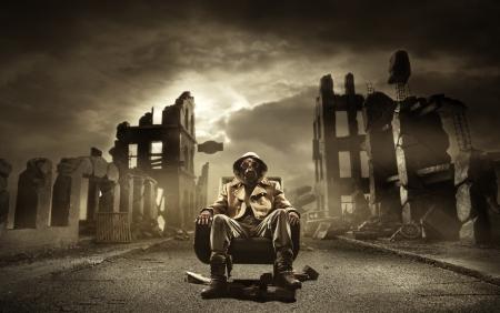 Post Apocalyptic Überlebende in Gasmaske, zerstörte Stadt im Hintergrund