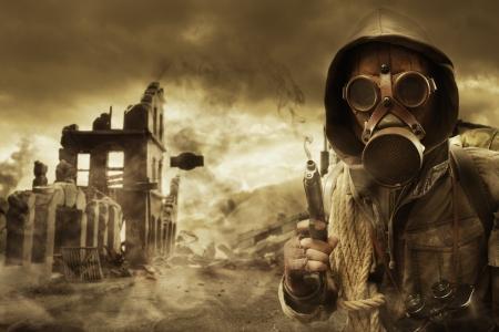 Bericht apocalyptische overlevende in gasmasker, verwoeste stad op de achtergrond Stockfoto