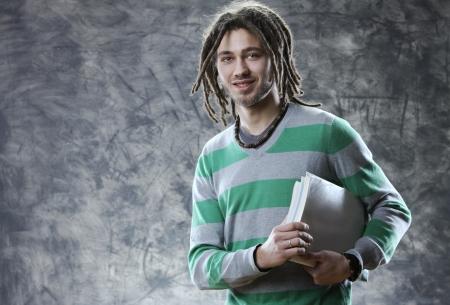 dreadlocks: Retrato de la sonrisa joven estudiante con los libros