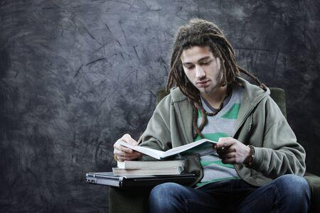 dreadlocks: Retrato de joven estudiante leyendo un libro