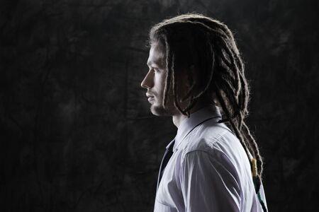 dreadlocks: Close-up retrato de un hombre de negocios joven y guapo Foto de archivo