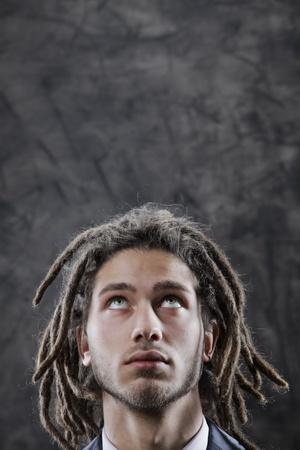 dreadlocks: Hombre joven mirando copia espacio