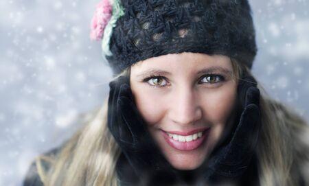 ropa de invierno: Retrato de una mujer joven en ropa de invierno