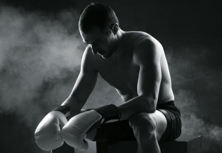boxeador: Boxer hombre concentrado en fondo oscuro
