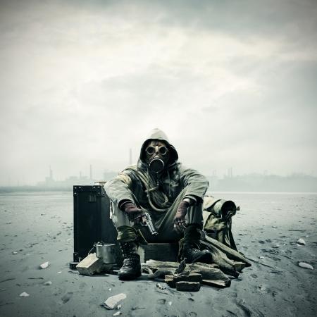 Desastre ambiental. Publica sobreviviente apocalíptico en máscara de gas Foto de archivo