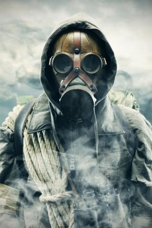 Catastrophe écologique. Poster survivant apocalyptique dans un masque à gaz