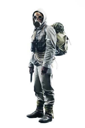 Publica sobreviviente apocalíptico en máscara de gas sobre fondo blanco