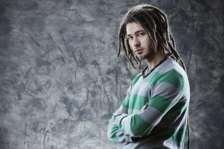 dreadlocks: Retrato del hombre fresco joven con rastas